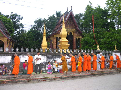 Monks_on_alms_around_LuangPrabang